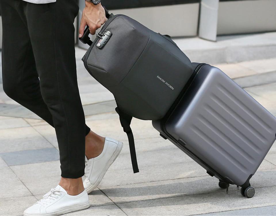 В рюкзаке есть крепление для телескопической ручки чемодана