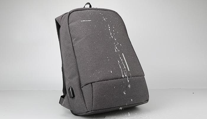 Рюкзак выполнен из водоотталкивающего материала